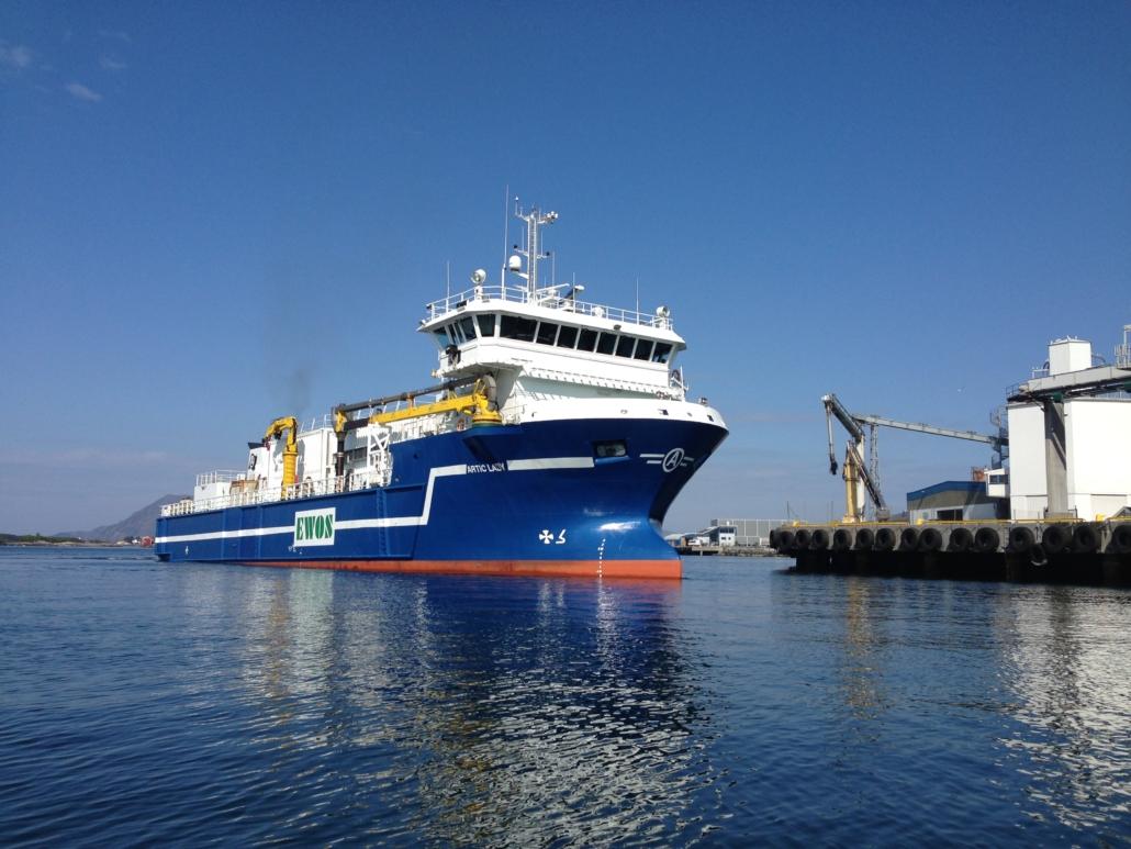 Fiskefôrskip ankommer fabrikk